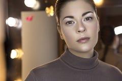 Η χαριτωμένη όμορφη νέα καυκάσια γυναίκα brunette με το βράδυ κάνει Στοκ Εικόνες