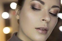 Η χαριτωμένη όμορφη νέα καυκάσια γυναίκα brunette με το βράδυ κάνει Στοκ Φωτογραφίες