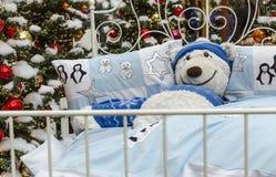 Η Χαρούμενα Χριστούγεννα με άσπρο έναν teddy αντέχει Στοκ Εικόνες