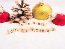 Η Χαρούμενα Χριστούγεννα σε ξύλινο χωρίζει σε τετράγωνα με τη διακόσμηση Στοκ φωτογραφία με δικαίωμα ελεύθερης χρήσης