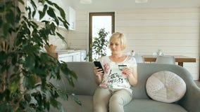 Η χαρούμενη γυναίκα κάνει να ψωνίσει on-line απόθεμα βίντεο