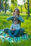 Η χαρούμενη μητέρα με τη διασκεδάζοντας κόρη της έχει τη διασκέδαση Στοκ Φωτογραφία