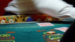 Η χαρτοπαικτική λέσχη, πόκερ, ο έμπορος ασχολείται τις κάρτες απόθεμα βίντεο