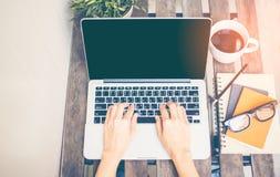 Η χαλαρώνοντας ψύχρα χώρου εργασίας λειτουργεί έξω για το γραφείο και σχεδιάζει το smartphone lap-top με τον καφέ πρωινού, στοκ φωτογραφίες