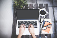 Η χαλαρώνοντας ψύχρα χώρου εργασίας λειτουργεί έξω για το γραφείο και σχεδιάζει το smartphone lap-top με τον καφέ πρωινού, στοκ εικόνα με δικαίωμα ελεύθερης χρήσης
