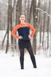 Η χειμερινή γυναίκα έχει τη διασκέδαση υπαίθρια Στοκ Φωτογραφία