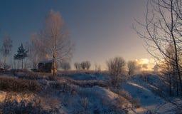 Η χειμερινή ` s ιστορία Σπίτι στο λόφο στο ηλιοβασίλεμα σε ένα χειμερινό απόγευμα στοκ εικόνα με δικαίωμα ελεύθερης χρήσης