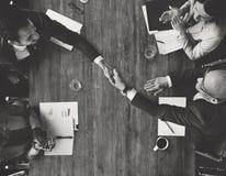 Η χειραψία Meetng επιχειρησιακής ομάδας επιδοκιμάζει την έννοια στοκ εικόνα με δικαίωμα ελεύθερης χρήσης