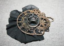 Η χειροποίητη πόρπη steampunk με ένα κρανίο, επιχαλκώνει τα διακοσμητικά στοιχεία, κατώτατη άποψη Στοκ φωτογραφίες με δικαίωμα ελεύθερης χρήσης