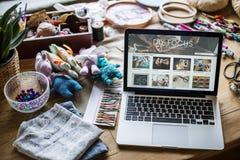 Η χειροτεχνία αντιτίθεται lap-top στον πίνακα στοκ φωτογραφίες με δικαίωμα ελεύθερης χρήσης