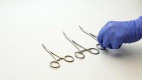 Η χειρουργική νοσοκόμα βάζει τα ιατρικά εργαλεία χειρουργικών επεμβάσεων στον πίνακα Στοκ εικόνες με δικαίωμα ελεύθερης χρήσης