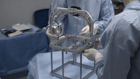 Η χειρουργική ομάδα προετοιμάζει το ιατρικό εξοπλισμό για τη σύνθετη λειτουργία Δωμάτιο χειρουργικών επεμβάσεων απόθεμα βίντεο