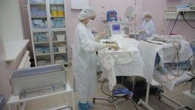 Η χειρουργική ομάδα του νοσοκομείου αφαιρεί τα χειρουργικά όργανα αφότου ολοκληρώνεται η λειτουργία απόθεμα βίντεο