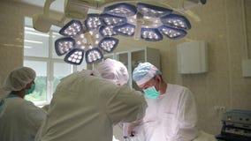 Η χειρουργική ομάδα του νοσοκομείου διευθύνει μια ογκολογική λειτουργία χρησιμοποιώντας τα καινοτόμα χειρουργικά όργανα απόθεμα βίντεο