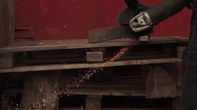 Η χειρωνακτική μηχανή για τα τέμνοντα εργοστάσια μετάλλων Μύγα σπινθήρων στα κόμματα απόθεμα βίντεο