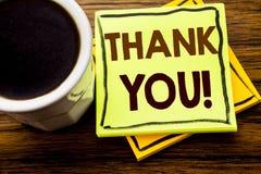 Η χειρόγραφη παρουσίαση κειμένων σας ευχαριστεί Επιχειρησιακή έννοια για το μήνυμα ευχαριστιών που γράφεται σε κολλώδες χαρτί σημ στοκ εικόνες