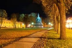 Η χιλιετία μνημείων της Ρωσίας σε Veliky Novgorod στη νύχτα φθινοπώρου και αλέα του πάρκου του Κρεμλίνου Στοκ Εικόνα