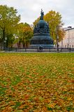 Η χιλιετία μνημείων της Ρωσίας στο ηλιοβασίλεμα φθινοπώρου και οι άνθρωποι που περπατούν το φθινόπωρο σταθμεύουν σε Veliky Novgor Στοκ φωτογραφία με δικαίωμα ελεύθερης χρήσης
