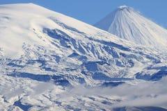 Η χιονισμένη κορυφή ενός ηφαιστείου Στοκ εικόνα με δικαίωμα ελεύθερης χρήσης