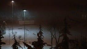 Η χιονοθύελλα σκουπίζει την πόλη νύχτας απόθεμα βίντεο