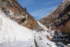 Η χιονοστιβάδα εμπόδισε έναν δρόμο βουνών στοκ εικόνα