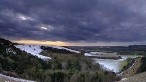 Η χιονώδης άποψη ηλιοβασιλέματος πέρα από την κοιλάδα Meon προς το παλαιό Hill του Winchester, νότος κατεβάζει το εθνικό πάρκο, Χ στοκ εικόνα