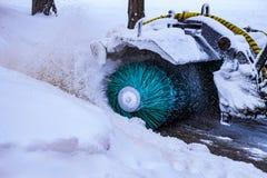 Η χιόνι-αφαίρεση της μηχανής αφαιρεί το χιόνι από τις οδούς πόλεων στοκ φωτογραφία με δικαίωμα ελεύθερης χρήσης