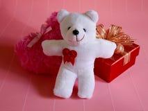 Η χνουδωτή ρόδινη καρδιά και ευτυχής άσπρος teddy αντέχουν και κόκκινο δώρο για την αγάπη Στοκ Φωτογραφία