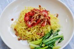 Η χορτοφάγος γλουτένη καλύμματος νουντλς μοιάζει με το χοιρινό κρέας σχαρών στοκ φωτογραφία με δικαίωμα ελεύθερης χρήσης
