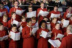 Η χορωδία εκτελεί τα κάλαντα Χριστουγέννων Στοκ Εικόνες