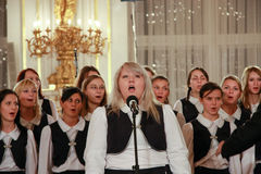 Η χορωδία των παιδιών αποδίδει στο Κάστρο της Πράγας Στοκ εικόνες με δικαίωμα ελεύθερης χρήσης