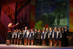 Η χορωδία των παιδιών συγχαίρει τους παλαιμάχους του δεύτερου παγκόσμιου πολέμου Στοκ Εικόνες