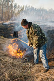 Η χρήση πυροσβεστών βγάζει φύλλα τον κλάδο για την καταστολή δασικής πυρκαγιάς Στοκ Εικόνες