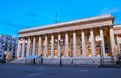 Η χρηματιστήριο του παλατιού του Παρισιού Brongniart τη νύχτα, Παρίσι, Γαλλία Στοκ Φωτογραφία