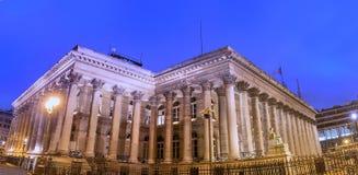 Η χρηματιστήριο του παλατιού του Παρισιού Brongniart τη νύχτα, Παρίσι, Γαλλία Στοκ Εικόνες