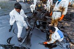 Η χρησιμοποίηση εργαζομένων απορροφά το σωλήνα Στοκ Εικόνα