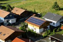 Η χρησιμοποίηση της ηλιακής ενέργειας είναι αποταμίευση χρημάτων καθώς επίσης και φιλική προς το περιβάλλον Στοκ εικόνα με δικαίωμα ελεύθερης χρήσης