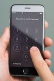 Η χρησιμοποίηση χεριών εισάγει Passcode την εφαρμογή στη Apple iPhone6 Στοκ φωτογραφία με δικαίωμα ελεύθερης χρήσης