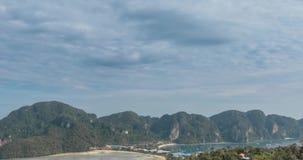 Η χρονική πάροδος της ημέρας καλύπτει πέρα από το θαυμάσιο κόλπο Phi Phi του τοπίου νησιών με τις βάρκες Λιμνοθάλασσα θάλασσας An φιλμ μικρού μήκους