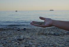 Η χρονική παραλία ζωής χεριών ο ξυπόλυτος ωκεανός ομορφιάς ανθρώπων ταξιδιού φύσης παλαμών άμμου χαλαρώνει την ανθρώπινη άμμο W θ στοκ φωτογραφία