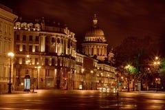 Η χρυσή Αγία Πετρούπολη στο κεντρικό δρόμο νύχτας Στοκ Εικόνα