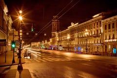 Η χρυσή Αγία Πετρούπολη στο κεντρικό δρόμο νύχτας Στοκ Εικόνες
