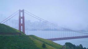 Η χρυσή γέφυρα πυλών στο Σαν Φρανσίσκο στην υδρονέφωση απόθεμα βίντεο