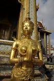 Η χρυσή γυναίκα γλυπτών ικετεύει την πρότυπη Ταϊλάνδη Στοκ εικόνα με δικαίωμα ελεύθερης χρήσης