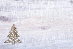 Η χρυσή διακόσμηση δέντρων έλατου Χριστουγέννων ακτινοβολεί επάνω υπόβαθρο Στοκ εικόνα με δικαίωμα ελεύθερης χρήσης