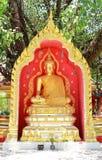 Η χρυσή εικόνα του Βούδα στο ξύλο κήπων Στοκ φωτογραφίες με δικαίωμα ελεύθερης χρήσης