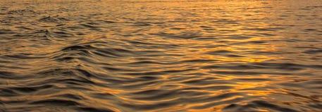 Η χρυσή ελαφριά αντανάκλαση στο κύμα ποταμών κυματίζει την επιφάνεια Περίληψη, ηρεμία, ειδύλλιο, ελπίδα Στοκ Εικόνα