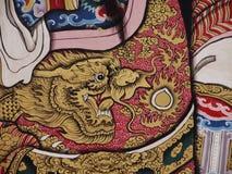 Η χρυσή ζωγραφική δράκων διακοσμεί στην κινεζική πύλη ναών Στοκ Εικόνες