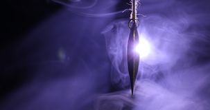 Η χρυσή καρδιά κρεμά στο σχοινί στο σκοτεινά τονισμένα καπνώδη υπόβαθρο και το διάστημα για το κείμενο Έννοια ημέρας βαλεντίνων Ε απόθεμα βίντεο