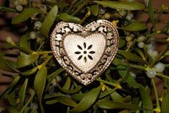η χρυσή καρδιά απομόνωσε το λευκό Στοκ Φωτογραφίες